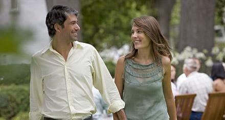 ابحثي عن هذه المميّزات فى شريك حياتك المستقبلي - رجل يمسك يد امرأة حبيبان يمشيان فى الشارع