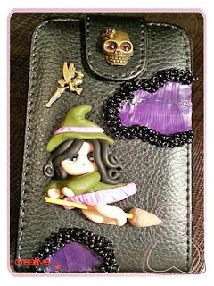 Funda móvil decorada a mano con bruja por Sylvia López Morant