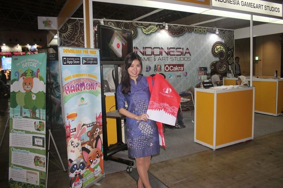 Miss Rei membantu membagikan merchandise dan berkomunikasi dengan pengunjung dalam bahasa Jepang