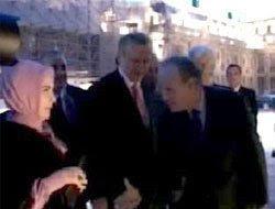 زوجة رجب طيب اردوغان ترفض مصافحة اجنبي  - مجموعة جدة زوم البريدية