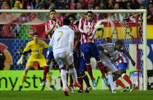 Cristiano Ronaldo shoots a free-kick and scores for Real Madrid against Atlético Madrid