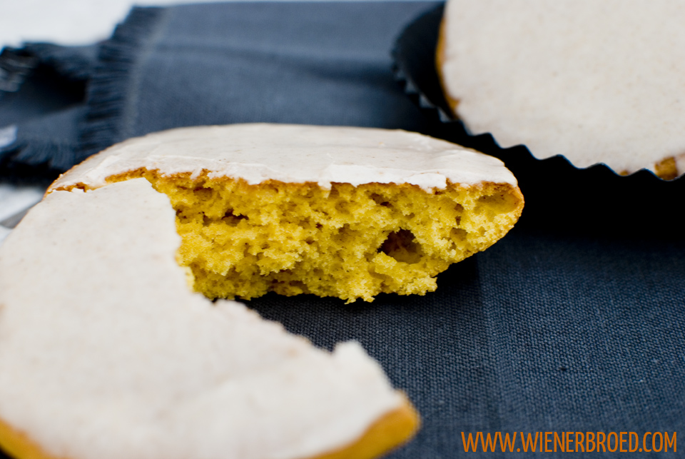 Kürbis-Amerikaner mit Zimtglasur / Giant pumpkin spiced soft cookie with cinnamon glazing [wienerbroed.com]