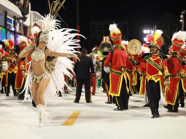 Rainha de bateria da Grande Rio, Carla Prata, no desfile na Marquês de Sapucaí