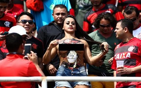 Mulheres exibicionistas no futebol brasileiro
