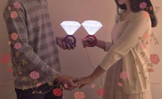 http://www.scegli-e-compra.com/san-valentino-spedizione-immediata/4660-lampada-anello-a-forma-di-diamante-rosso-o-blu.html#.UtWBsrQUlmQ