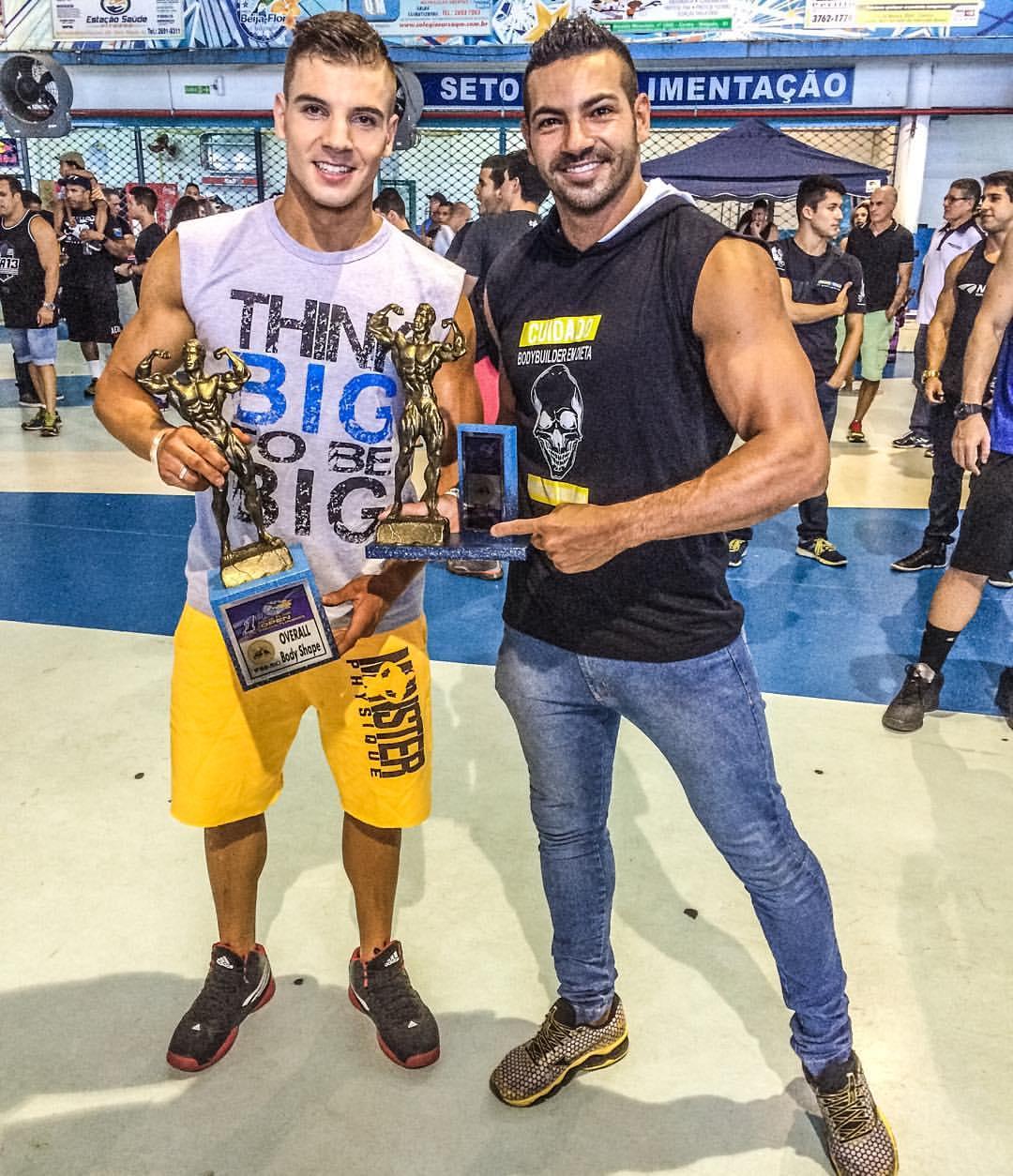 Igor Kreischer recebe os parabéns do atleta Men's Physique Breno Neves. Foto: Arquivo pessoal'