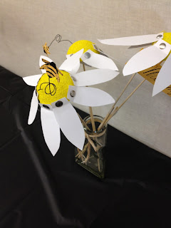 daisy centerpiece with bumble bee