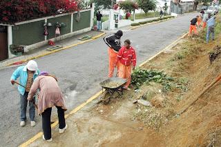 Equipes da Operação Cidade Bela também trabalharam na capina e limpeza geral de ruas na Várzea e no Ermitage