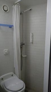 船室のシャワーとトイレ