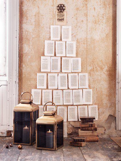 Árvore de Natal feita na parede com página de livros