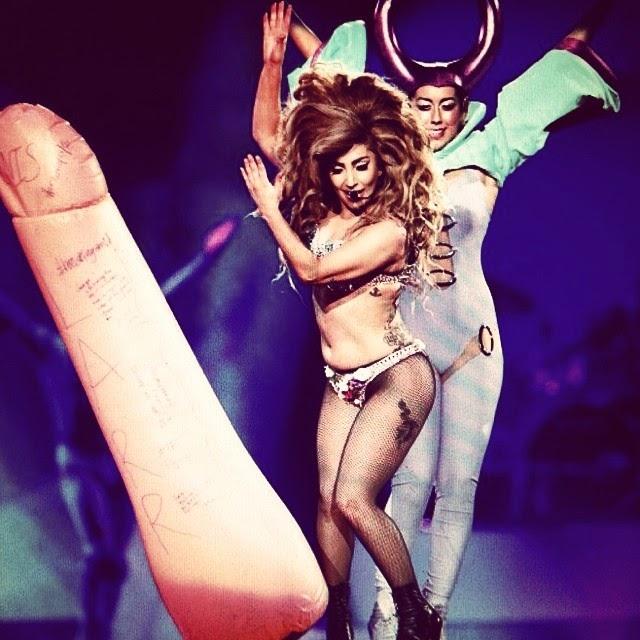 Lady Gaga tiene un enorme pene