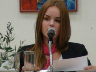 Mαθήτρια αφήνει άφωνο το κοινό Ελληνο-Γερμανικού συνεδρίου (video)