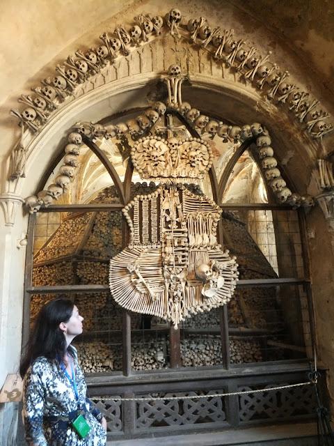 украшение интерьера из человеческих костей