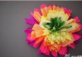 Flor decorativa realizada en papel corrugado o crepe