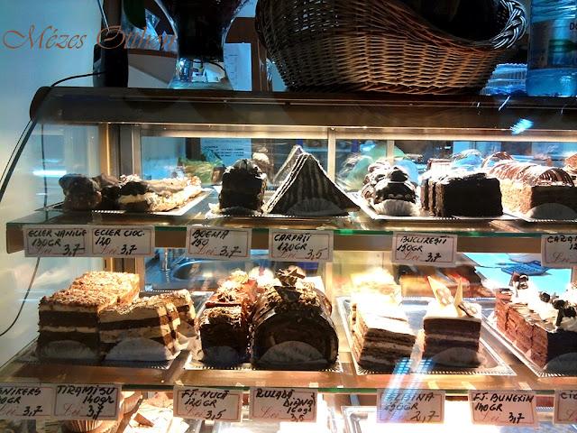sütemények a nagyváradi cukrászdában fotó
