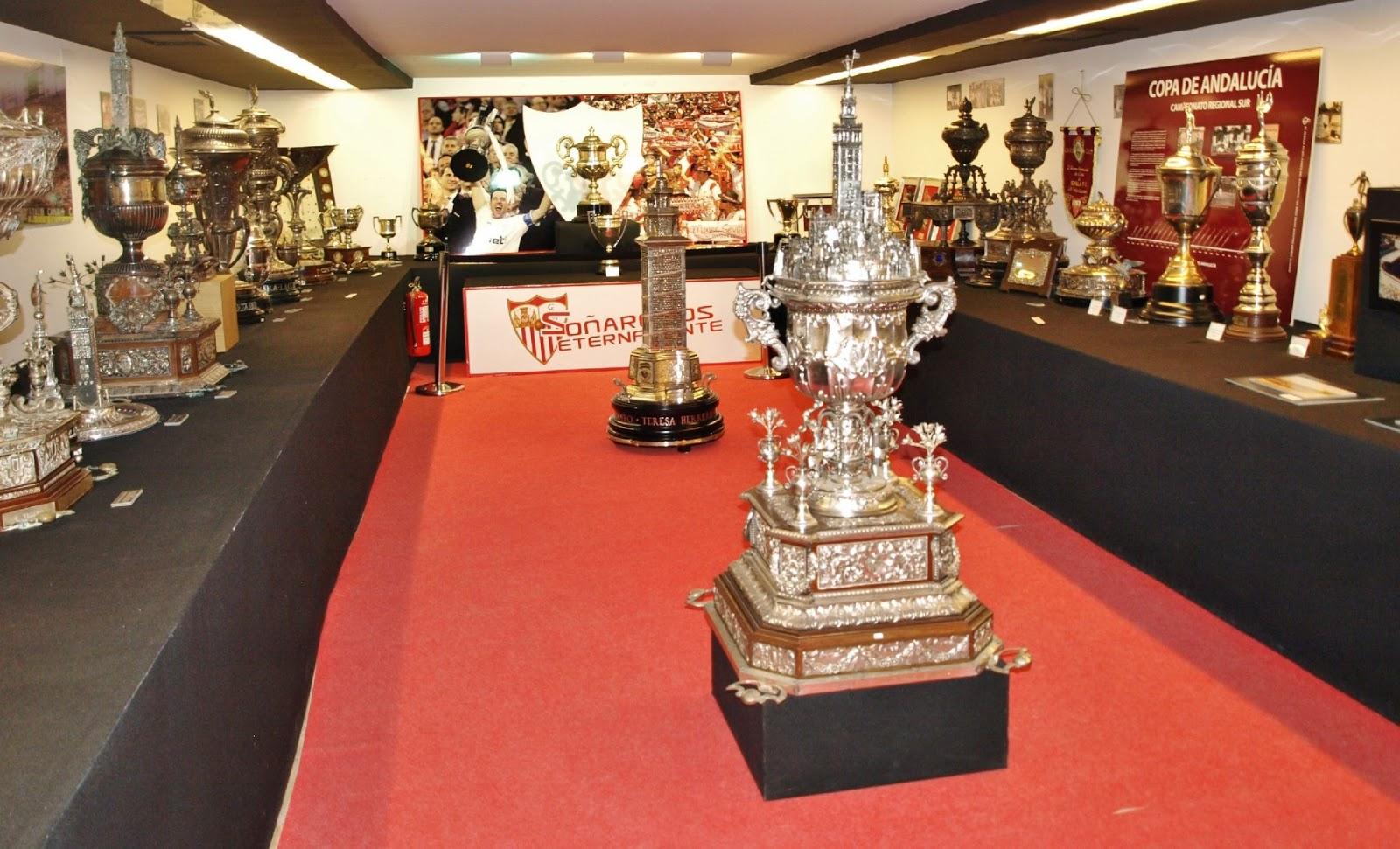 Sevilla daily photo la sala de trofeos del s nchez for Sala 0 teatro sevilla