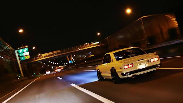 Nissan Skyline GT-R Hakosuka KPGC10, samochody nocą, kultowe, klasyczne, auta z duszą, japońska motoryzacja