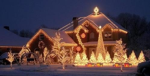 Una casa grande con muchas luces navideñas