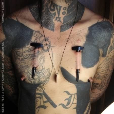 body modification, as loucuras do body modification, piercing no peito, tatuagens muito loucas, eu adoro morar na internet