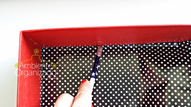 Prender o papel adesivo nos cantos de uma caixa