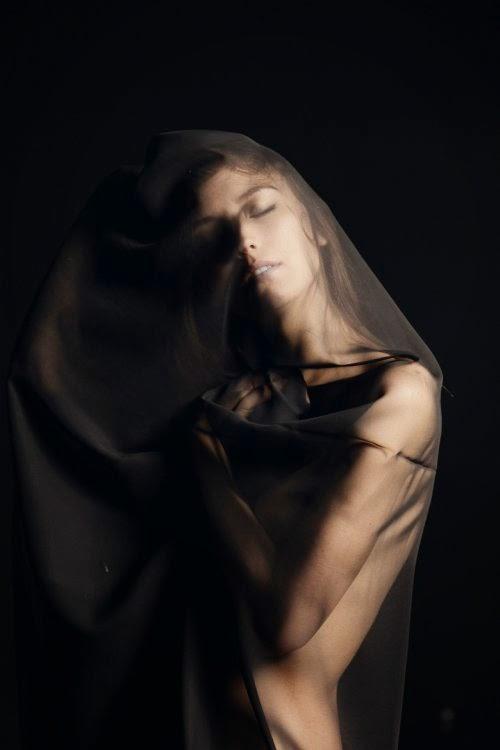modelo Savvy Savanna Taylor fotografia Thomas Albert Ingersoll mulheres sensual beleza véu luzes