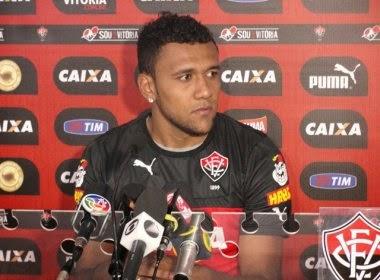 Zagueiro Ednei renova contrato com o Vitória até 2017