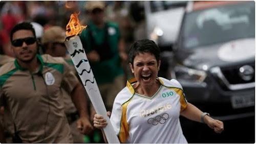 Micos com a Tocha Olímpica - Olimpíadas Rio 2016