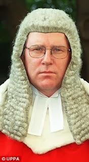 Κορυφαίος Δικαστής δηλώνει ότι θα πρέπει τα παιδιά να απομακρύνονται από τις μητέρες τους σε περίπτωση που δεν αφήνουν τους πατέρες τους να τα δούνε