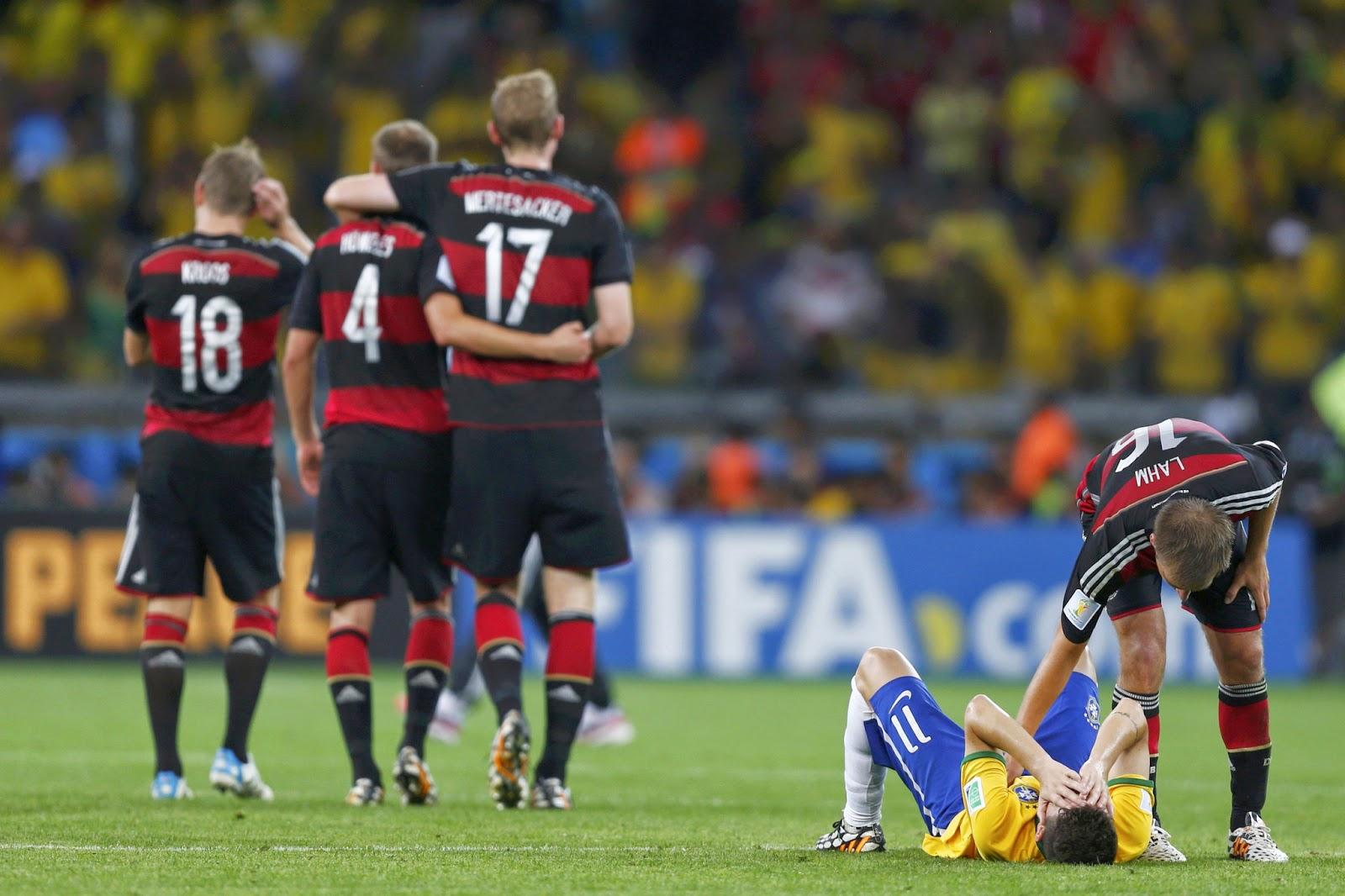 Pemain Jerman Philipp Lahml tampak sedang menghibur Pemain Brasil Oscar yang tengah sedih. Kredit Marcos Brindicci/ReutersPress Via nytimes.com