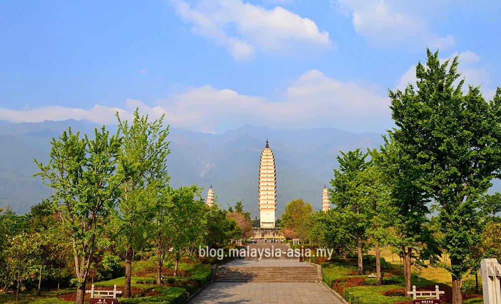 3 Pagodas in Dali Photo