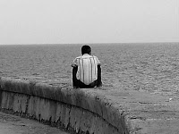El estrecho arroyo de aguas cristalina la herida que recoge alguien el que es silencio en el frió