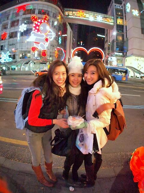 拍摄行程首个景点即去到首尔潮流集中地明洞,三位美姐边逛边沿路品尝道地韩国街头小吃
