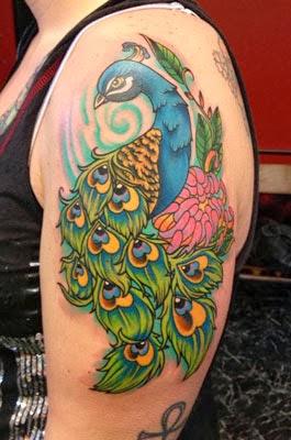 Tatuagem de pavão com flores