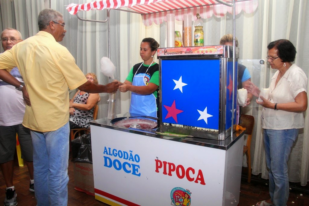 Pipoca e algodão doce fizeram parte do cardápio da festa na Casa de Portugal