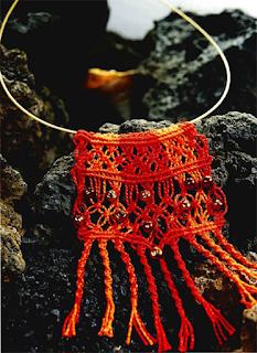 Плетение двухцветного колье с бусинами
