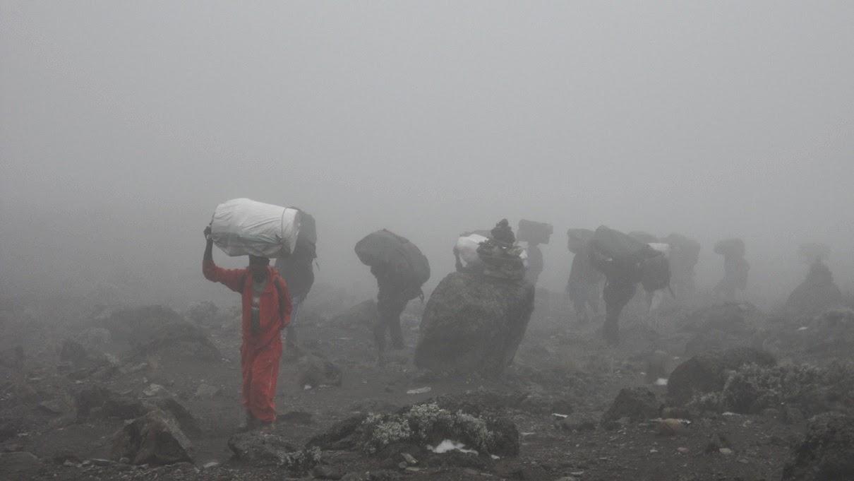 Grupo-de-porteadores-cargando-bultos-camino-a-Barafu-Hut