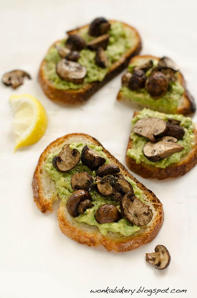 Roasted mushroom tartines with avocado - Crostini con avocado e funghi arrosto