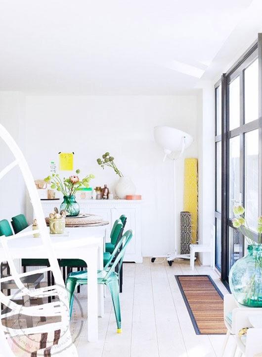 Cocina verde y blanca con silla tolix