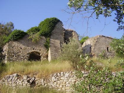 La rectoria a la banda esquerra i l'església de Sant Andreu al costat dret, vistos des de les feixes de migdia