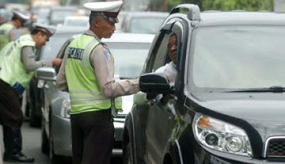 Polisi tilang pengendara mobil