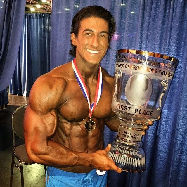 Sadik Hadzovic é mostra o troféu de Campeão Men's Physique Pro do Arnold Classic 2015. Foto: Arquivo pessoal