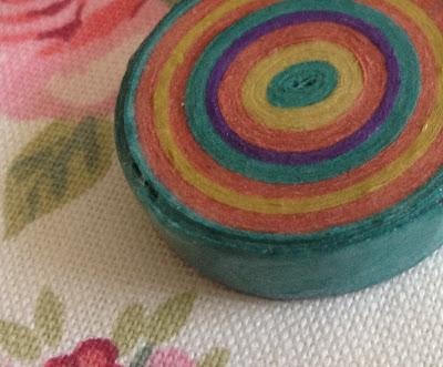 Broche hecho con serpentinas de colores