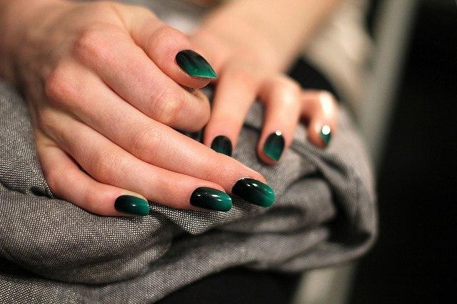 Маникюр для зеленого платья