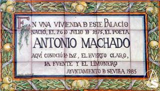 Placa colocada en el Palacio de las Dueñas de Sevilla -propiedad de los Duques de Alba-, donde en una de las dependencias, alquilada a los Duques, nació y vivió su infancia Antonio Machado