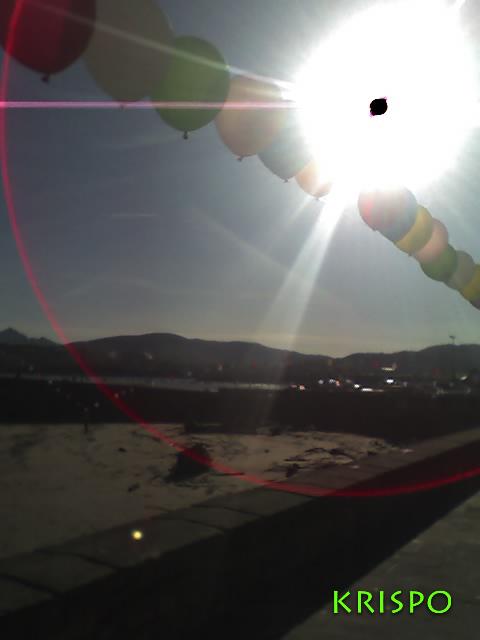 ristra de globos bajo reflejo del sol