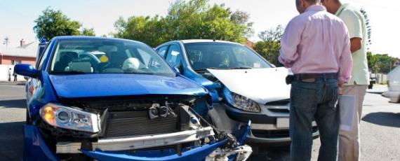 Áp dụng phí sàn bảo hiểm ô tô: Người mừng, kẻ lo