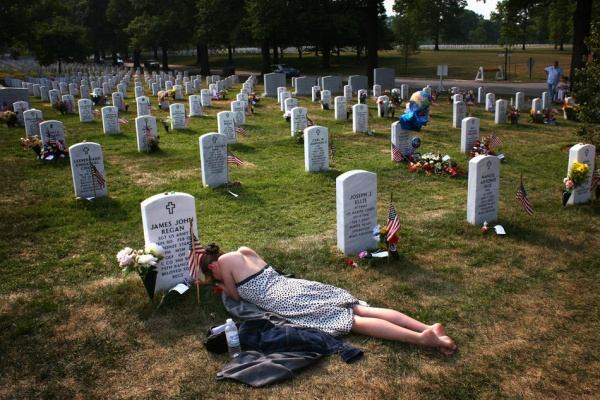 "Mary McHugh mourns her slain fiance, Sergeant James Regan. ""Sector 60"" - a new area of ??a large cemetery in Washington - was the last refuge of hundreds of U.S. soldiers killed in Iraq and Afghanistan. John Moore."