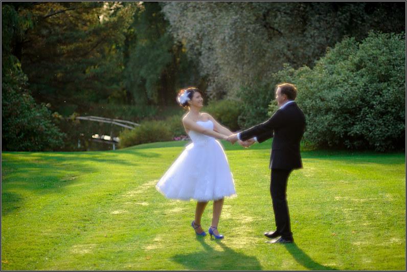 meninė vestuvinė nuotrauka gamtoje
