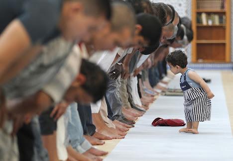 Seorang anak berada di antara jamaah shalat dzuhur
