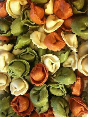 colorful tortellini, tortellini pasta salad, tortellini salad, tortellini pasta, tortellini vegetarian pasta, peppers, brocolli, dinner, vegetarian dinner, roasted tomatoes, tri color tortellini
